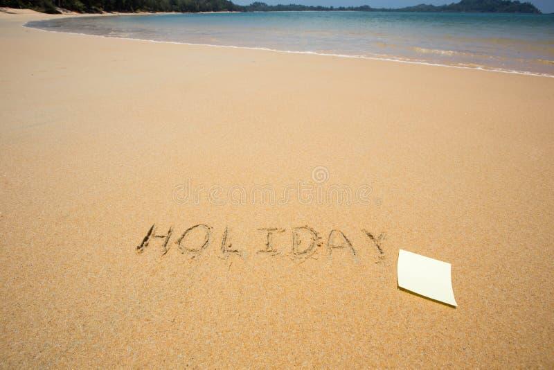 La festa scritta nella sabbia alla spiaggia ondeggia nei precedenti immagine stock