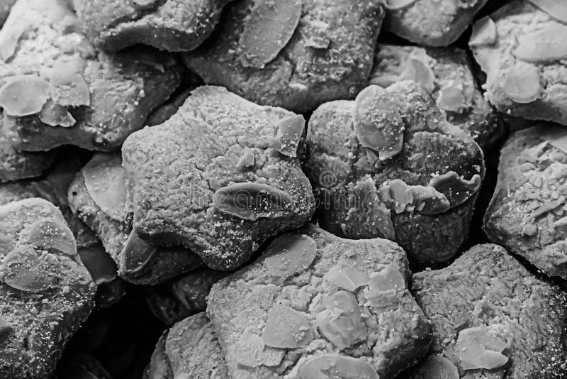 La fetta piccante della mandorla dei biscotti del fondo appetitoso delizioso di noce ha tonificato il web design basso che cucina fotografia stock libera da diritti
