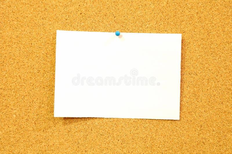 La feuille de papier blanche sur le panneau de liège - ajoutez le texte image libre de droits