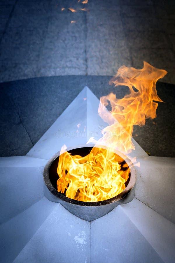 La fiamma eterna al monumento alla memoria immagini stock