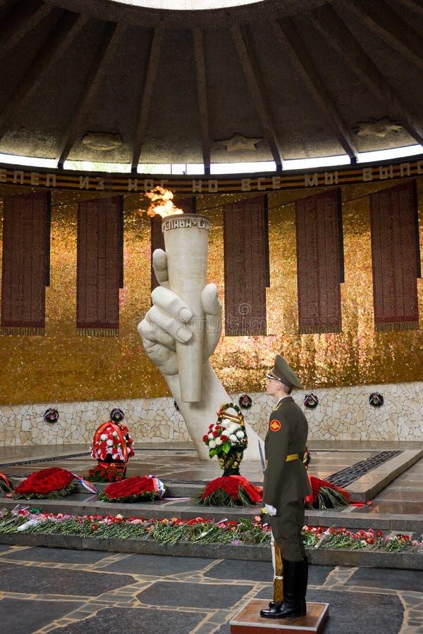 La fiamma eterna del memoriale di guerra sulla collina di Mamayev ha dedicato agli eroi della battaglia di Stalingrad immagini stock
