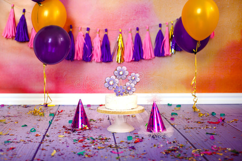 La fiesta de cumpleaños de los niños con la torta de coco adornó en forma de corazón del pan de jengibre cubierta con el esmalte  imágenes de archivo libres de regalías