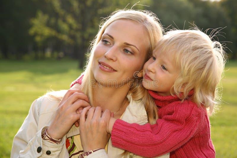La figlia abbraccia la madre 2 fotografia stock libera da diritti