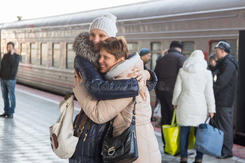 La figlia adulta ha incontrato mia madre al treno alla stazione fotografia stock libera da diritti