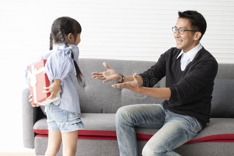 La figlia asiatica d? presente per il padre contenitore di regalo di sorpresa di concetto per il compleanno fotografie stock libere da diritti