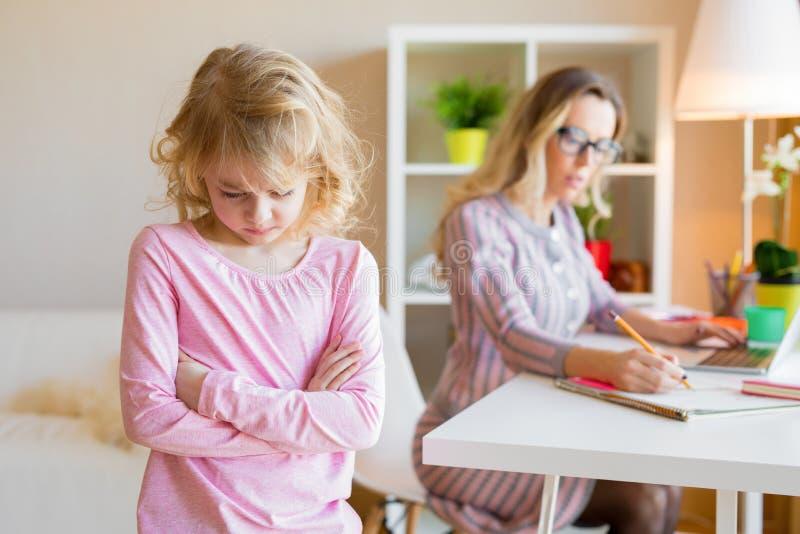 La figlia può ` t ottenerle l'attenzione del ` s della mamma fotografia stock libera da diritti