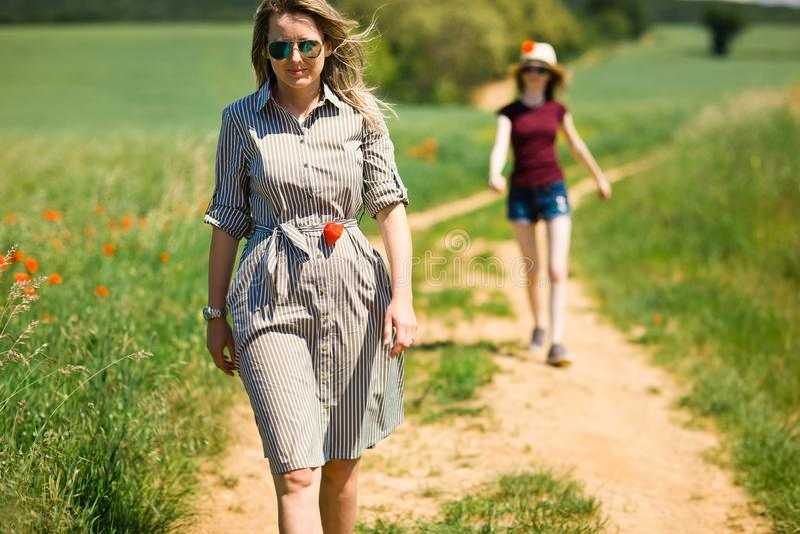 La figlia sta seguendo sua madre sulla strada di carretto fotografie stock