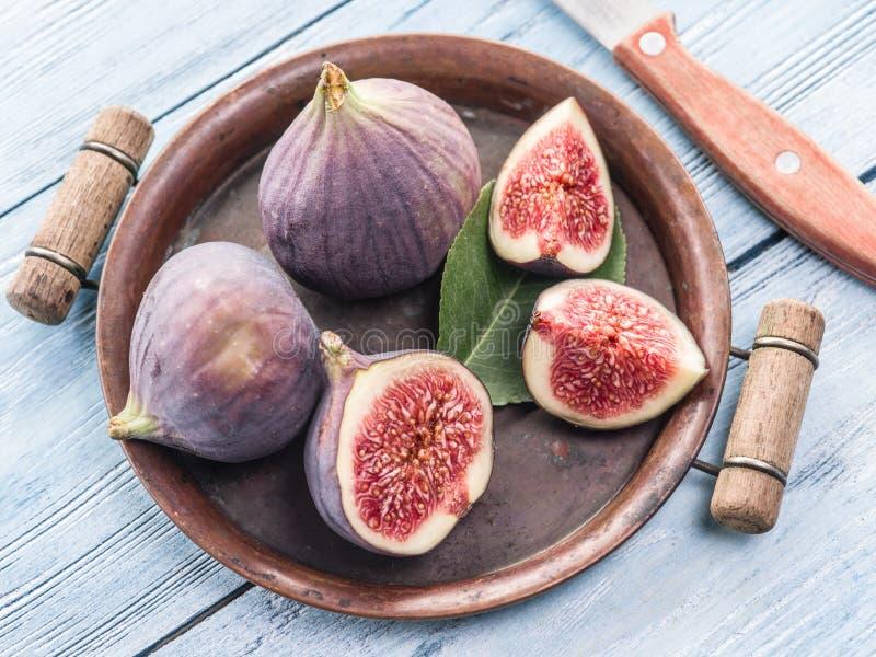 La figue mûre porte des fruits dessus dans le vieux plateau photographie stock libre de droits