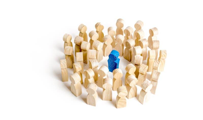 La figura azul líder se coloca el al frente de la muchedumbre Concepto del negocio de líder y de calidades de la dirección imagen de archivo libre de regalías