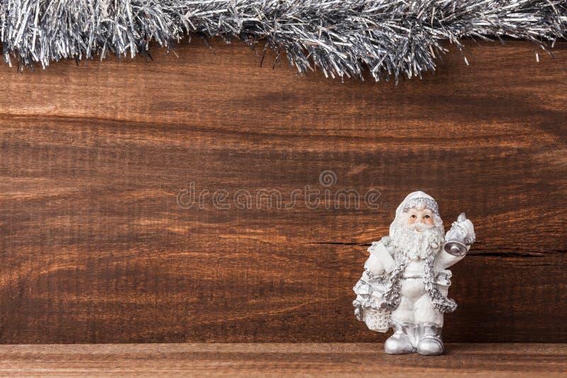 La figura de Santa Claus en la madera vieja enmarcó la plata imágenes de archivo libres de regalías