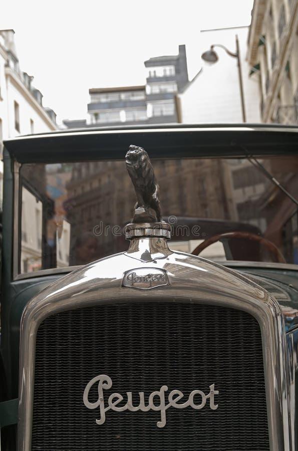La figura de un león en la capilla de un coche viejo imagenes de archivo