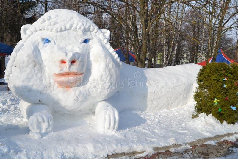 La figura de un león se hace de nieve imágenes de archivo libres de regalías