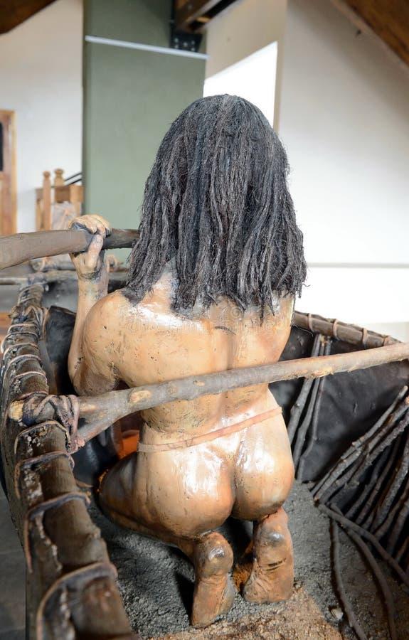 La figura de una tribu india en el museo Yamana de Tierra del Fuego National Park foto de archivo