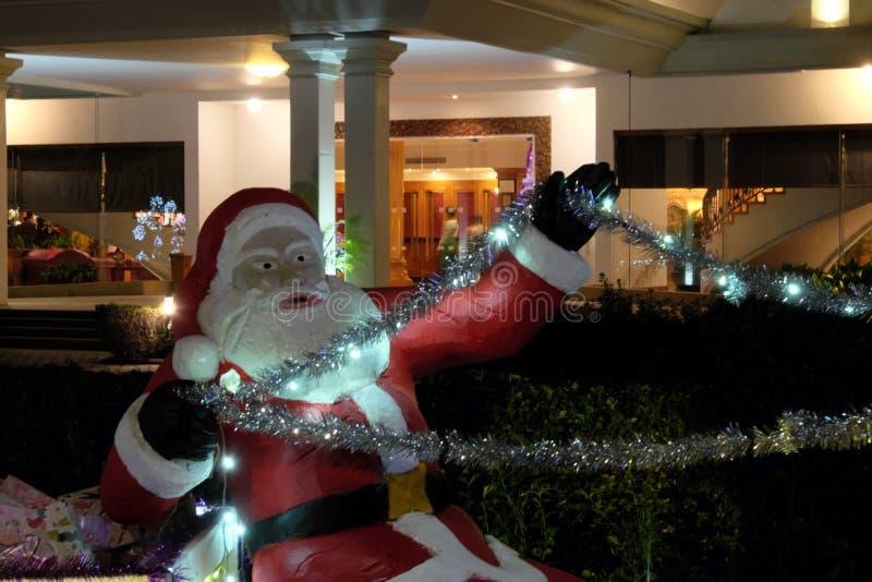 La figura decorativa de Papá Noel con las rienda de los ciervos en manos Santa espeluznante Escultura decorativa de Pap? Noel con imagen de archivo libre de regalías