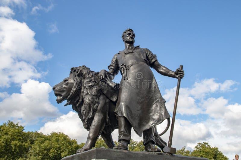 La figura del monumento en el cuadrado delante del Buckingham Palace fotos de archivo libres de regalías