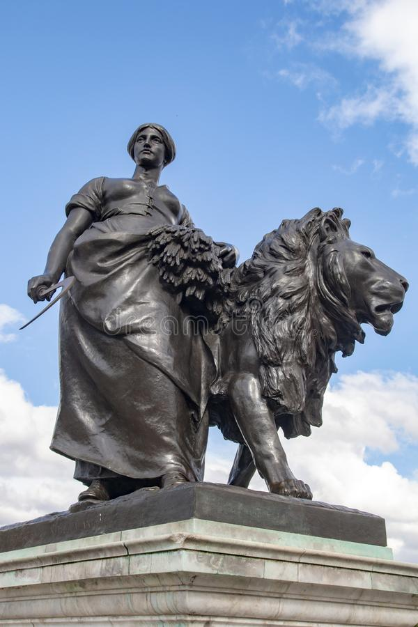 La figura del monumento en el cuadrado delante del Buckingham Palace foto de archivo libre de regalías