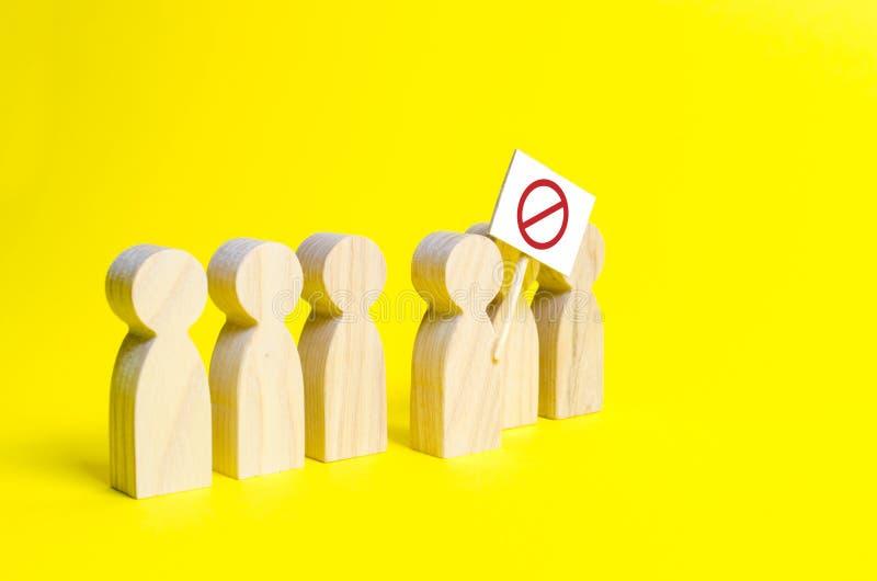 La figura della persona esce dalla linea con un segno su un fondo giallo Una calca arrabbiata delle figure di legno della gente immagini stock libere da diritti