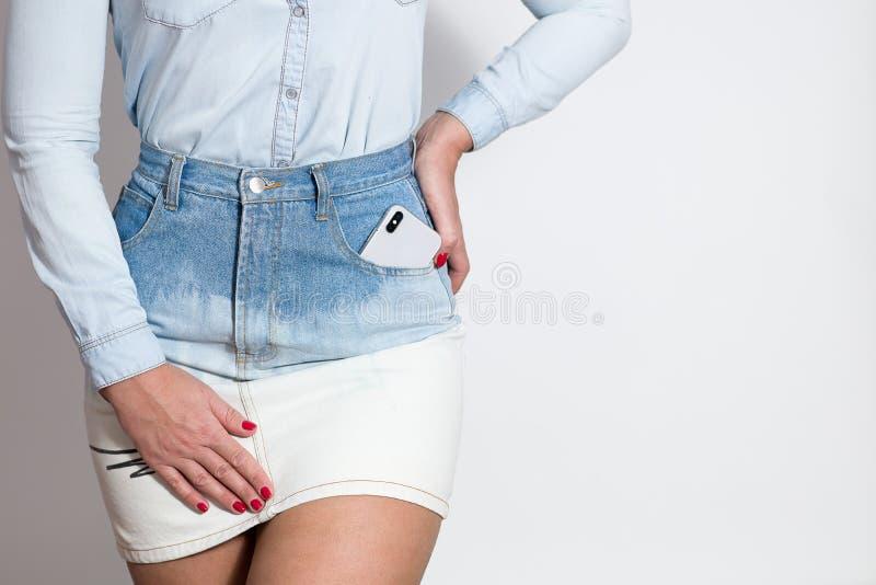 la figura di una ragazza in vestiti del denim immagini stock