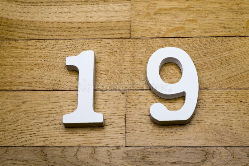 La figura es diecinueve en un de madera, piso de entarimado fotos de archivo libres de regalías