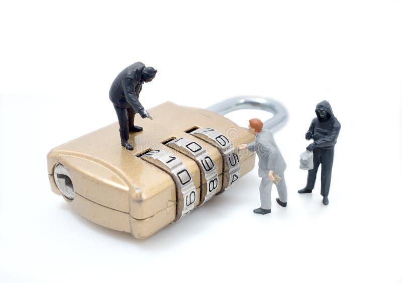 La figura miniatura concetto dell'uomo del ladro ruba i dati immagine stock
