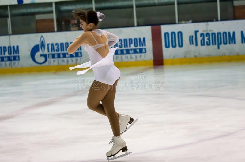 La figura patinador de la muchacha adentro escoge el patinaje fotos de archivo