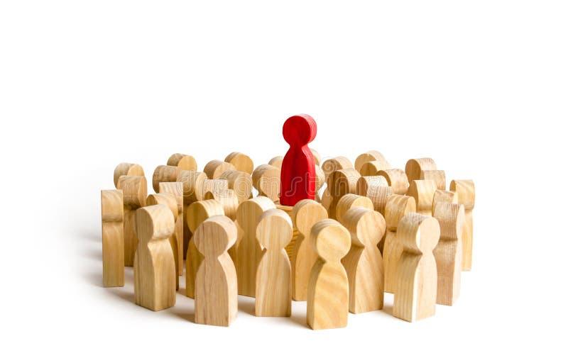 La figura roja líder se coloca el al frente de la muchedumbre Concepto del negocio de líder y de dirección foto de archivo
