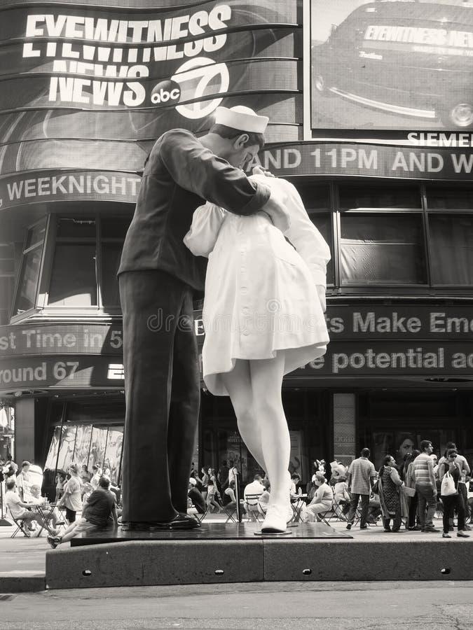 La figure d'un marin embrassant une infirmière ajustent parfois à New York photo libre de droits