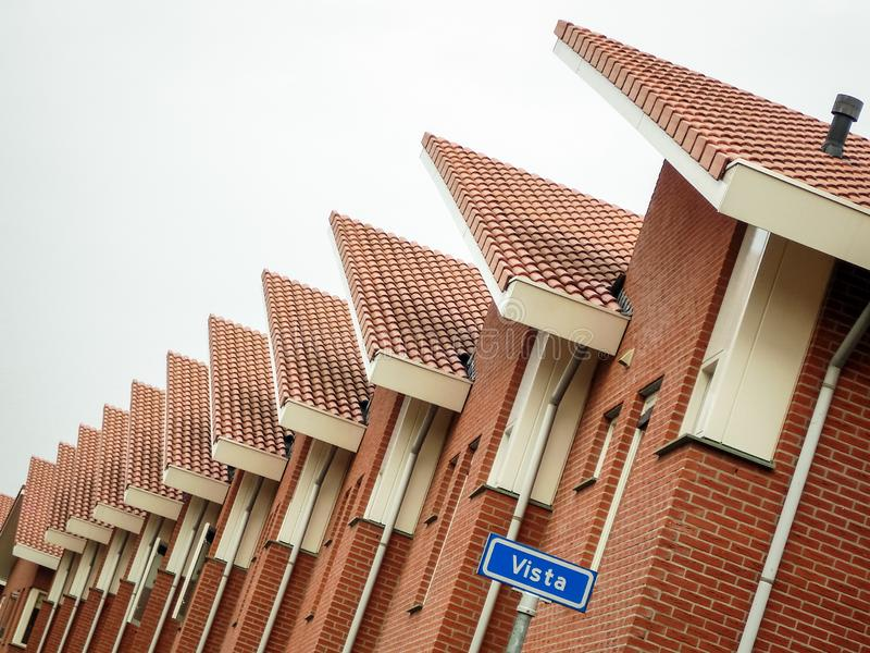 La fila de casas en una calle llamó Vista en la ciudad de Almelo los Países Bajos imagen de archivo libre de regalías