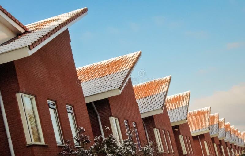 La fila de casas en una calle llamó Vista en la ciudad de Almelo los Países Bajos fotografía de archivo