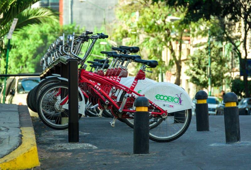 La fila de la ciudad bikes para el alquiler en Ciudad de México, México imagenes de archivo