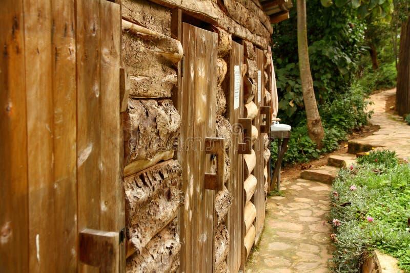 La fila de madera hacia fuera contiene puertas fotos de archivo
