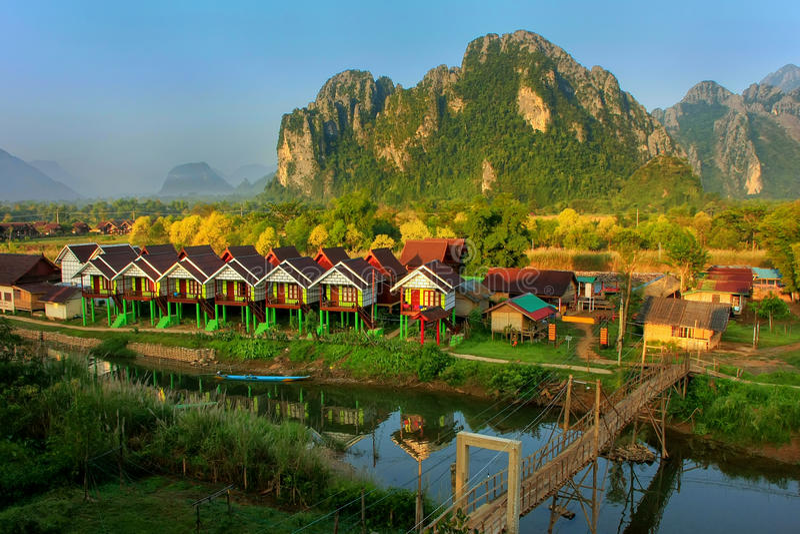 La fila dei bungalow turistici lungo Nam Song River in Vang Vieng, rivaleggia fotografia stock