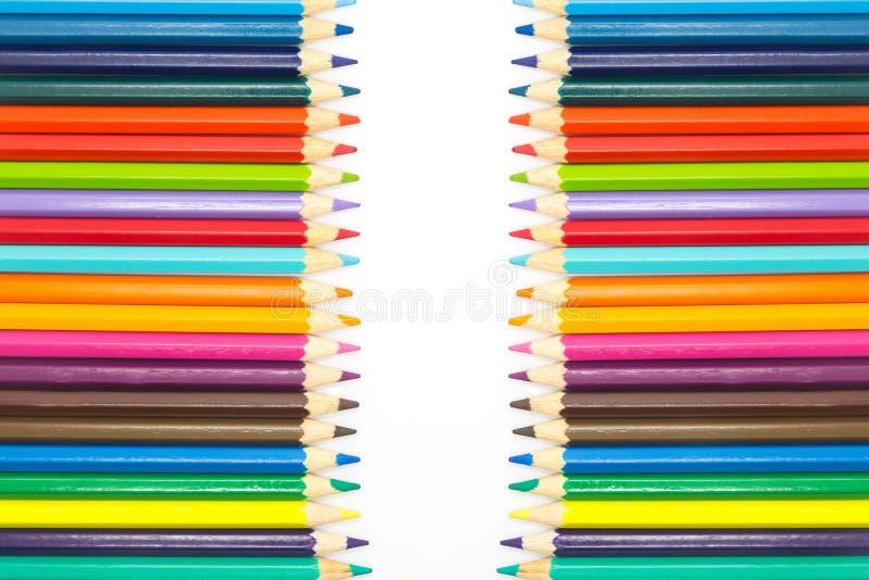 La fila del múltiplo colorea los lápices de madera, en el fondo blanco imagenes de archivo