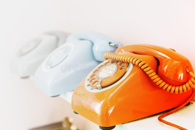 La fila del teléfono de dial con el espacio para llamar nos entra en contacto con fotografía de archivo