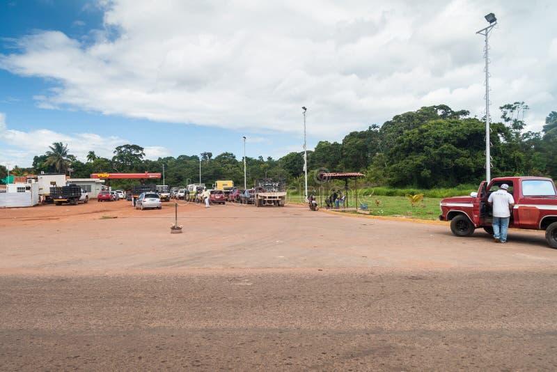 La fila delle automobili sta aspettando alla stazione di servizio immagini stock