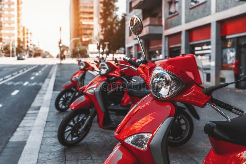 La fila delle motociclette rosse di consegna fotografia stock