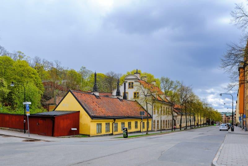 La fila larga de edificios bajos a lo largo del lado septentrional de Malmgardsvagen es un ambiente industrial bien conservado de fotografía de archivo