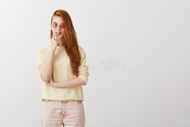 La fille élégante créative a l'idée intéressante Portrait de modèle femelle roux attrayant dans les lunettes de soleil à la mode  photos stock