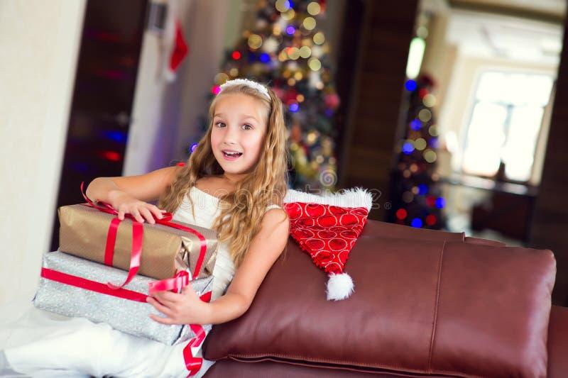 La fille élégante mignonne célèbrent Noël et la nouvelle année avec des présents image stock