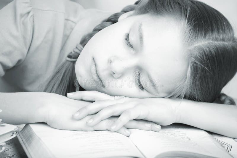 La fille était fatiguée de la préparation des leçons de maison image libre de droits