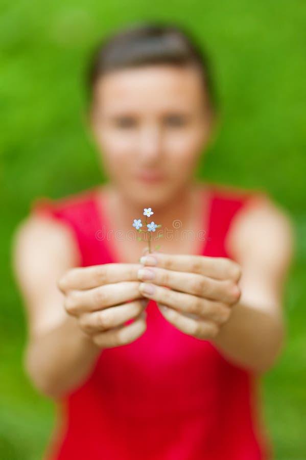 La fille étire la fleur photographie stock libre de droits