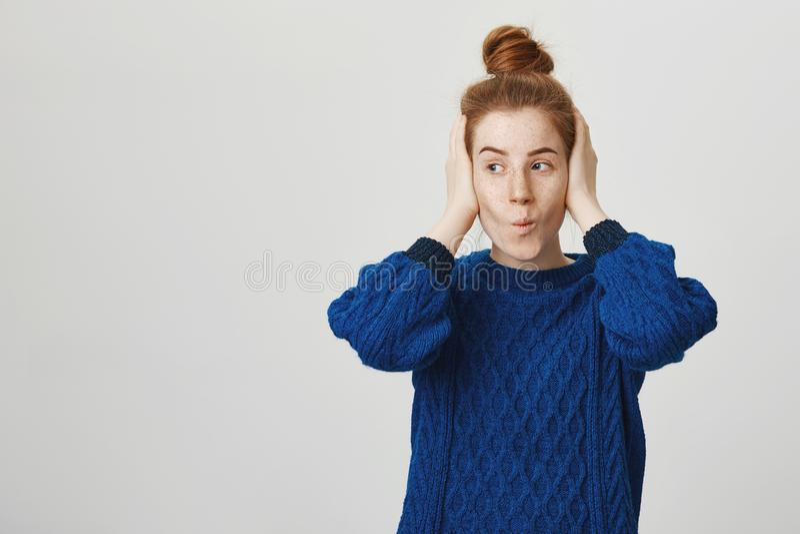 La fille adolescente couvre des oreilles pour ne pas écouter querelle de parents Portrait de femme rousse mignonne indifférente e images libres de droits