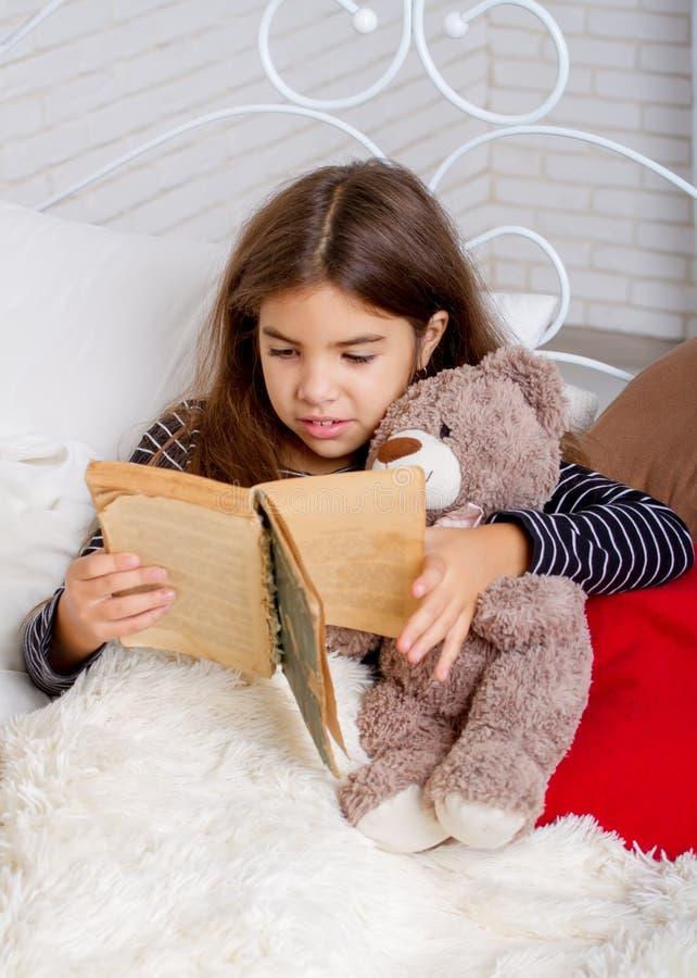 La fille a affiché le livre photo stock