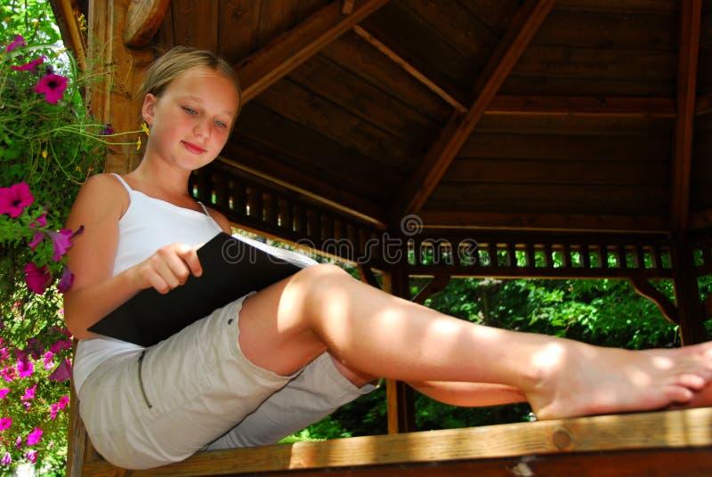 La fille a affiché le livre photos libres de droits