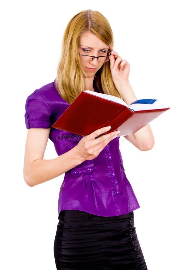 La fille affichait un livre images stock