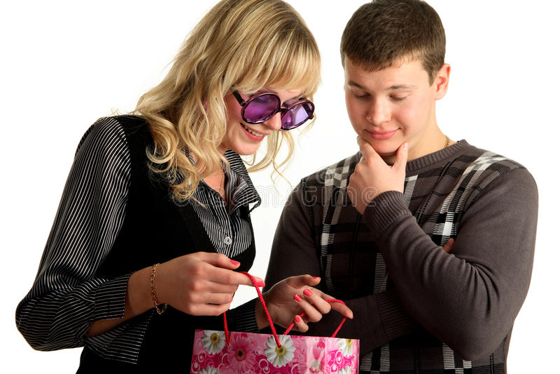 La fille affiche le module faisant des emplettes à son boyfri photo libre de droits