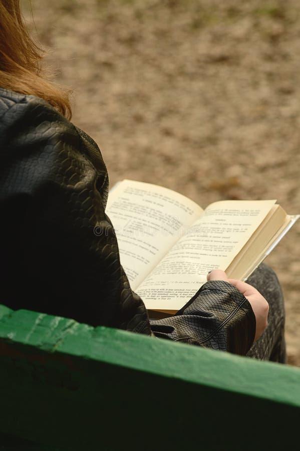 La fille affiche un livre photos stock