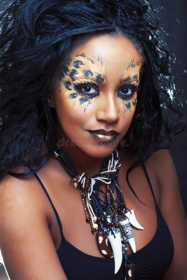 La fille Afro de beaut? avec le chat composent, plan rapproch? cr?atif d'impression de l?opard, regard de Halloween de style de m images libres de droits