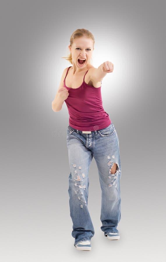 La fille agressive effectue un perforateur images libres de droits