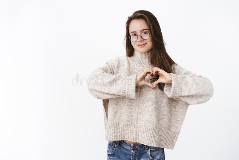 La fille aime le chandail confortable par temps frais Portrait de jeune femme mignonne sensuelle et romantique en verres montrant photos stock